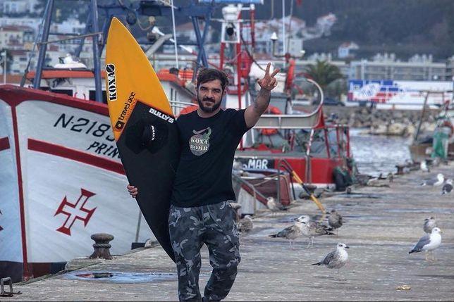 """Rekordową falę, o wysokości 24,4 m Koxa """"upolował"""" na plaży w Nazaré w Portugalii"""
