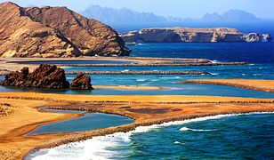Krystalicznie czyste wody Morza Arabskiego u wybrzeży Omamu