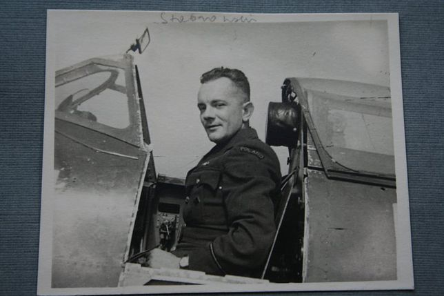 Tadeusz Stabrowski w samolocie na lotnisku RAF.