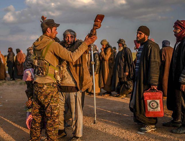Żołnierz kurdyjski zatrzymuje mężczyznę podejrzanego w przynależność do ISIS