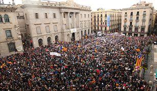 Protestujący zgromadzili się również przed siedzibą rządu katalońskiego w Barcelonie