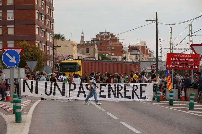 """""""Ani kroku wstecz"""" - deklarują uczestnicy strajku generalnego blokujący drogę A2 w Katalonii"""
