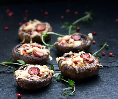 Wytrawne pieczarki faszerowane frankfurterkami, serem i papryką