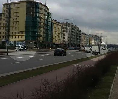 Kierowca parkuje w niedozwolonym miejscu. Straż miejska nie reaguje [WIDEO]