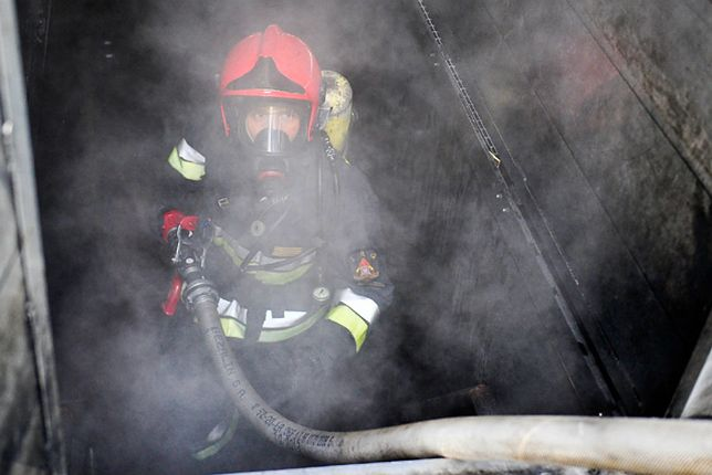 12 zastępów straży pożarnej gasiło pożar hali magazynowej