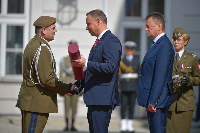 Prezydent wręczy awanse generalskie. Maciej Lasek krytykuje
