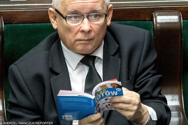 Prezes PiS zaczytany w atlasie