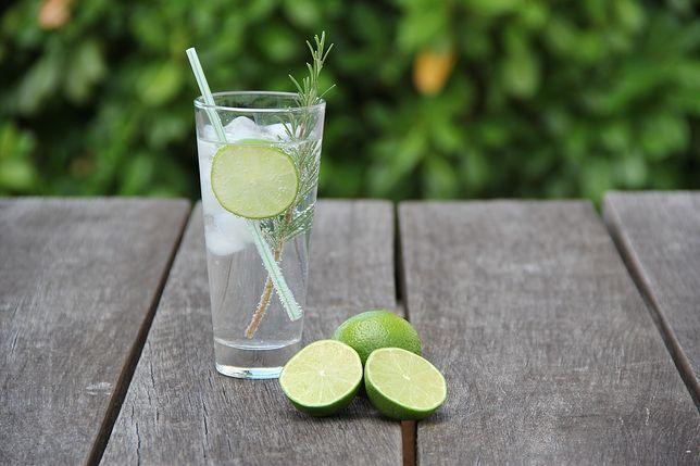 Najbardziej popularny drink z ginem powstaje przez wymieszanie tego alkoholu z tonikiem i limonką