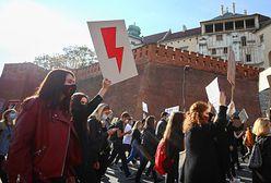Czerwona błyskawica w nieoczywistych miejscach. Polacy pokazują wsparcie w swoich miejscach pracy
