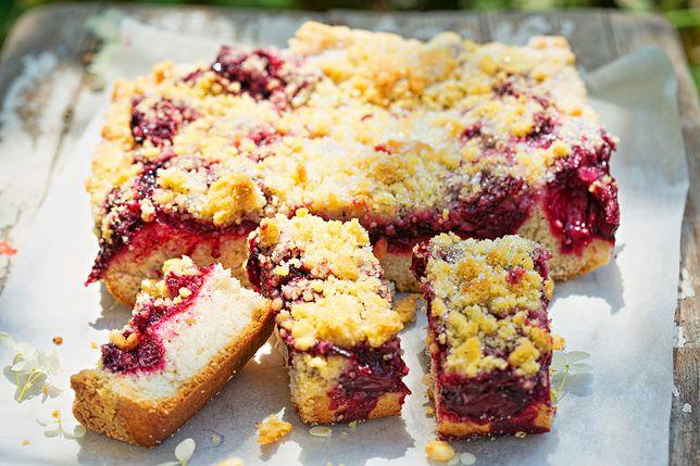 Drożdżowe ciasto ze śliwkami to świetny pomysł na deser lub podwieczorek