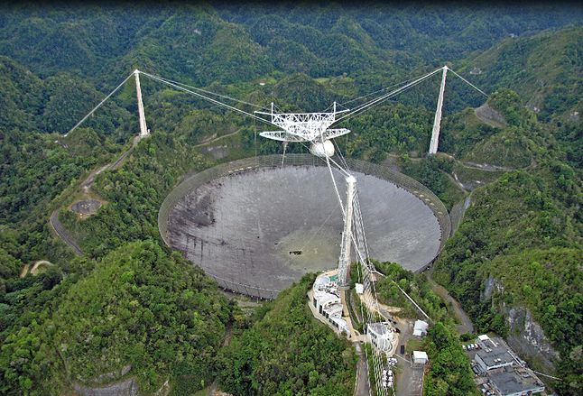 Radioteleskop w Arecibo (Portoryko) jest największym radioteleskopem na ziemi. Jego czasza jest umieszczona w krasowym leju i mierzy 73 tys. metrów kwadratowych.