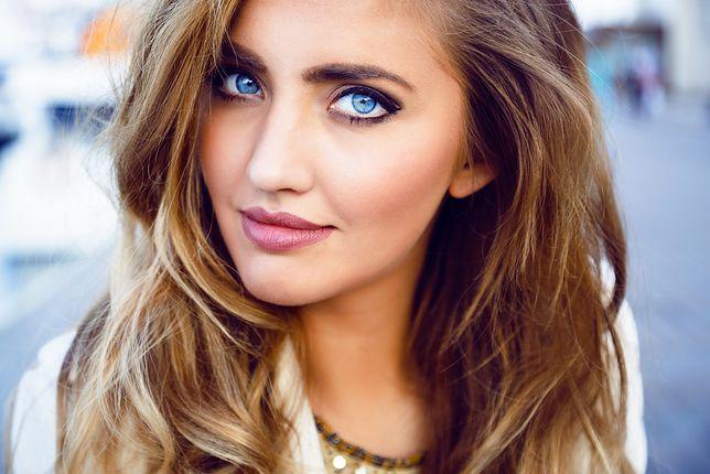Makijaż dla niebieskich oczu powinien wydobywać ich kolor