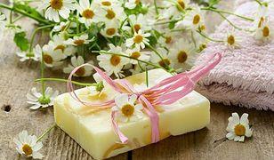 Rumianek łagodzi podrażnienia, dlatego możemy zdecydować się na mydło rumiankowe