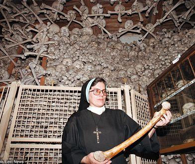 Wizyta w Kaplicy Czaszek w Czernej przyprawia o ciarki