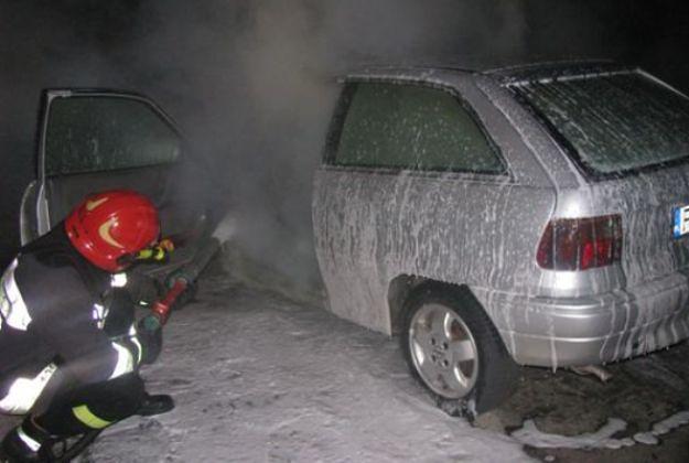 Ostrów Wielkopolski: przy pomocy zapalniczki i dezodorantu podpalili samochód nielubianego znajomego