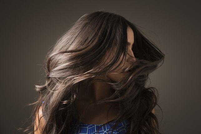 Kremowanie włosów przyniesie wiele korzyści i zapewni gładkość pasm.