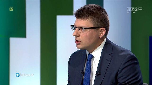 """Wiceminister sprawiedliwości Marcin Warchoł w programie """"Południk Wildsteina"""" w TVP 2"""