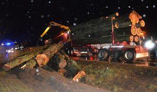 Tragiczne wypadki w Wielkopolsce. Koło Rawicza z naczepy tira spadły drewniane kłody, przygniatając jadące z tyłu auto