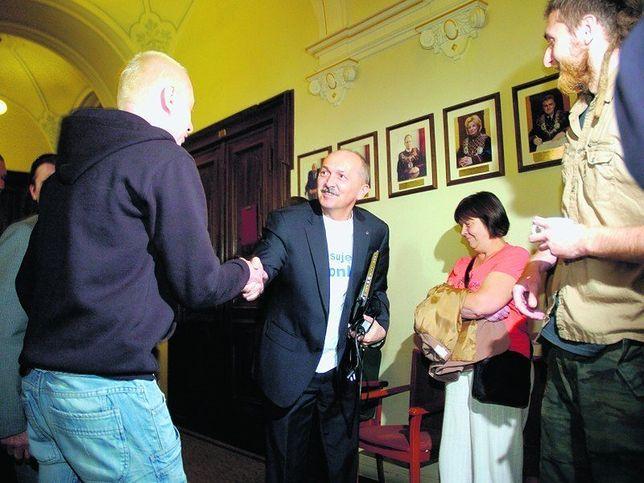 Jednym z radnych, którzy założyli sporne koszulki, był Sylwester Pruś.