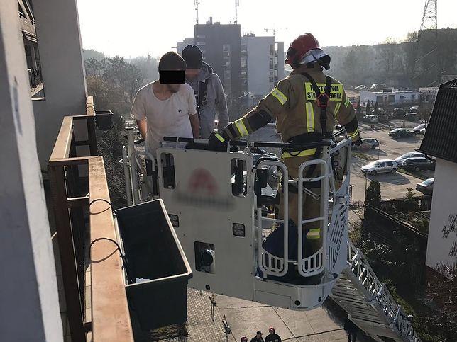 Warszawa. Policja i straż pożarna zatrzymały mężczyznę, który uciekał po balkonach na Ursynowie