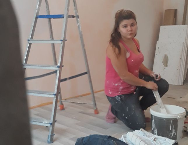 Znajomi przecierają oczy ze zdumienia, gdy widzą jak dziewczyna radzi sobie z remontowaniem mieszkań