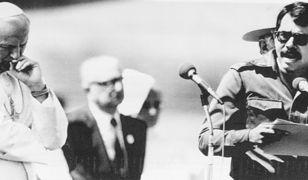 Wizyta Jana Pawła II w Nikaragui w 1983 r. Przemawia prezydent Daniel Ortega Saavedra. W rządzie jego formacji znalazło się trzech duchownych związanych z teologią wyzwolenia
