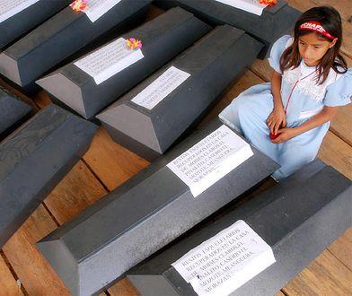 9-letnia Lucely Sarahi wśród trumien z ekshumowanymi szczątkami ofiar masakry w El Mozote, dokonanej przez batalion Atlacatl
