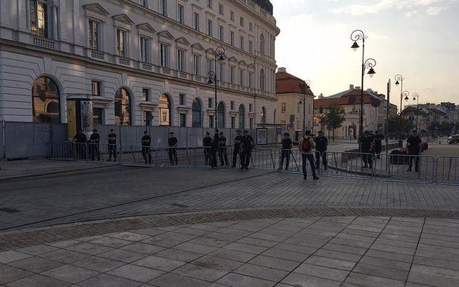 Policjanci przy barierkach, ustawionych na Krakowskim Przedmieściu