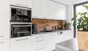 Płyta laminowana między szafkami w kuchni to sposób na dodanie nowoczesnemu wnętrzu przytulnego charakteru