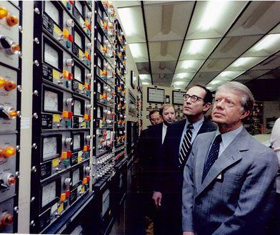 Prezydent Jimmy Carter w pomieszczeniu kontrolnym elektrowni