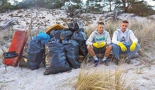 Jakub i Dawid posprzątali plażę między Helem a Juratą. Internauci zachwyceni