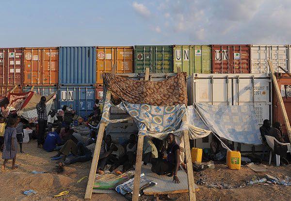 Prowizoryczne schronienia dla cywili przy misji ONZ w Dżubie