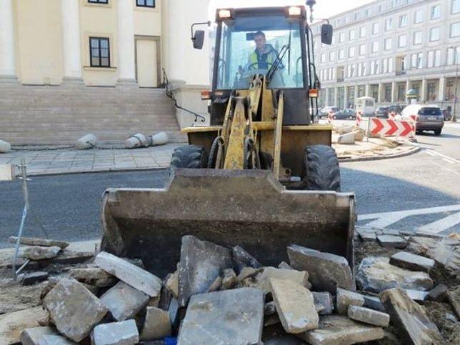 Trwa remont placu Trzech Krzyży (ZDJĘCIA)
