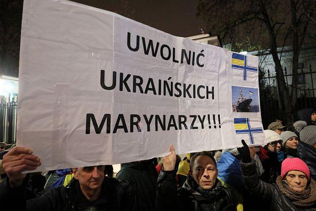 Protesty pod ambasadą Rosji w Warszawie w akcie niezgody na incydent na Morzu Azowskim