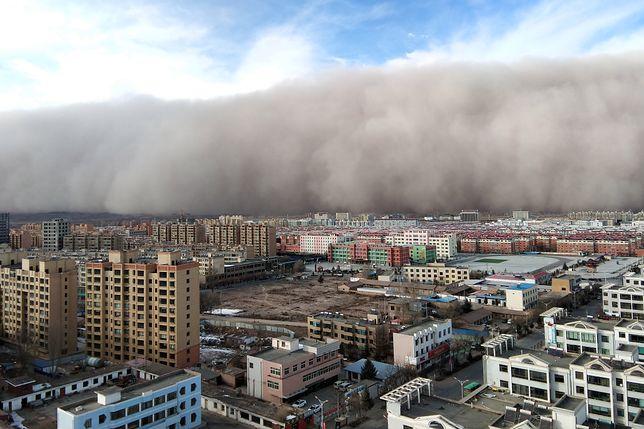 """100-metrowa """"apokaliptyczna ściana"""" nadciągnęła nad Gansu. Zobacz nagranie"""