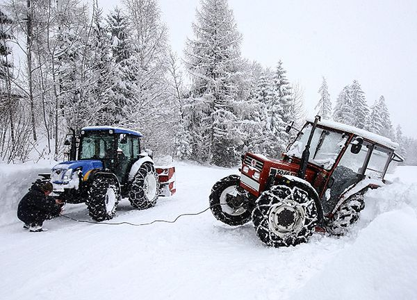 Atak zimy w Tyrolu. Nie radzą sobie nawet ciągniki