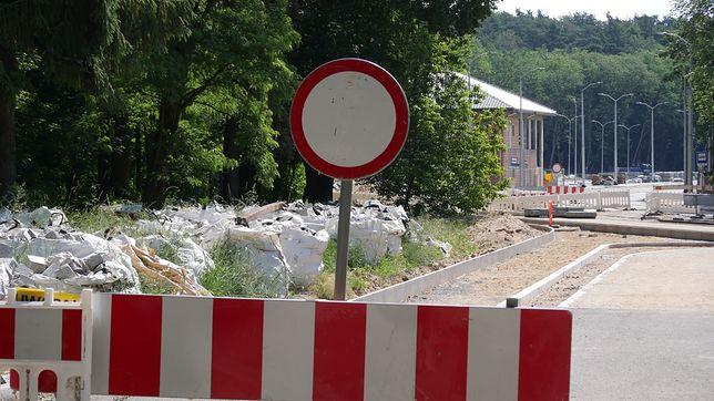 Do aquaparku ciągle nie da się dojechać autem. Pojawiły się kolejne problemy przy przebudowie pobliskiej drogi.