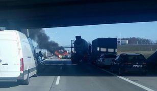 Na zdjęciu przesłanym przez czytelnika widać, że jedno z aut stanęło w ogniu