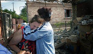 Ukrainka rozpacza z powodu domu zniszczonego podczas walk prorosyjskich separatystów i ukraińskich wojsk