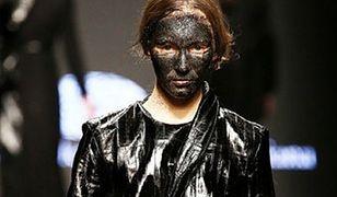 Modelki z kontrowersyjnym makijażem na Milan Fashion Week 2015