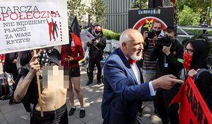 Protest pod Sejmem. Kilkadziesiąt osób krytykowało tarcze antykryzysową