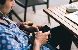 Smartfon zamiast samochodu - młodzi mężczyźni zmieniają priorytety