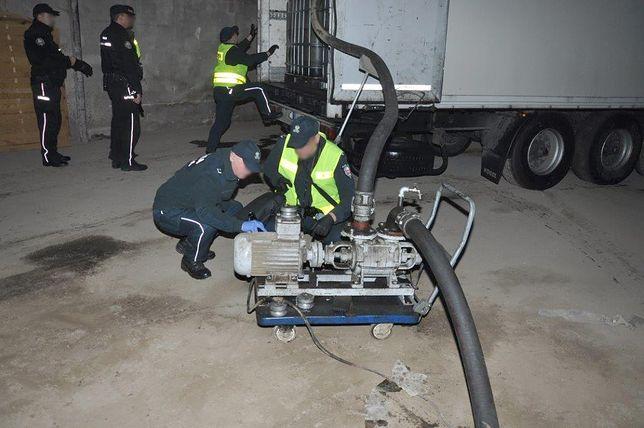 Akcja przeciw mafii paliwowej. Funkcjonariusze podczas inspekcji pompy i naczepy. (źródło: CBŚP, KAS i KWP w Katowicach))