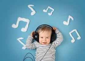 Eksperymenty z dźwiękami, które pomogą rozwijać słuch niemowlaka