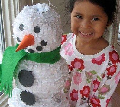 W Meksyku dzieci na święta rozbijają piniatę pełną słodyczy
