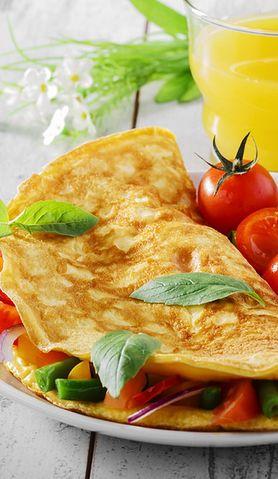 Nie masz pomysłu na śniadanie? Oto pyszny omlet pomidorowy