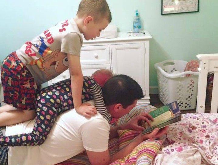 Brenna, jej brat Connor i tata czytają bajki