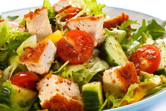 Kolorowa sałatka pełna witamin! Wypróbuj przepis na sałatkę z kurczakiem, pomidorami i serem camembert. To świetny pomysł na lunch lub kolację
