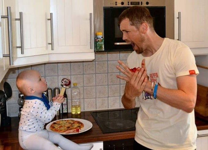 Tata z dzieckiem w kuchni