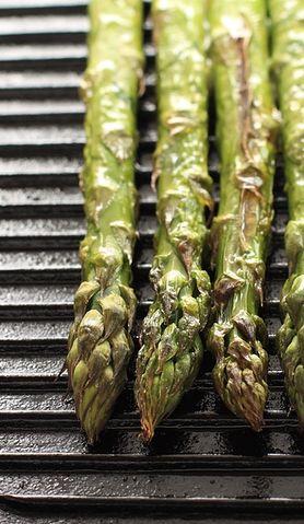 Pomysł na grillowane szparagi z sosem paprykowym